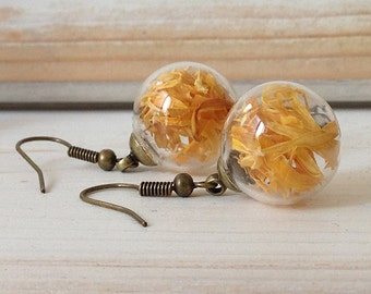 Earrings with glass sphere and dried flowers