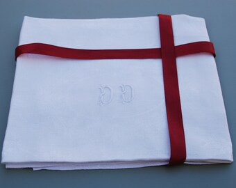 """DD, 2 monogrammed French vintage white linen damask napkins circa 1900 in good condition, 24"""" x 29"""", monogramme FC. Chateau chic."""