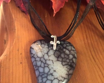 Dragon veins agate white black heart pendant organza ribbon necklace