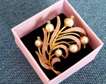 SALE Vintage Flower Brooch Pink Pearl Brooch Elegant and Warm Design Brooch in a Great Condition