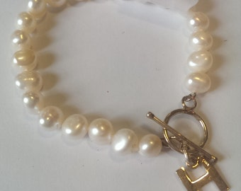 Freshwater Pearl bracelet with letter 'H' charm