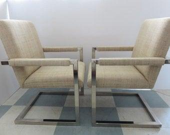 Paire de chaises de bras en porte-à-faux au milieu du siècle moderne Chrome recouvert de tissu en soie sauvage.