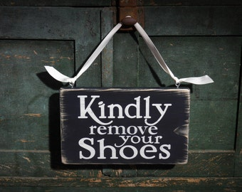 """Kindly Remove Your Shoes sign, Please Remove Shoes sign, Kids Door sign 9"""" x 5.5"""", Rustic, Distressed"""