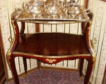 Elegant, well figured tea table with bronze decorations.