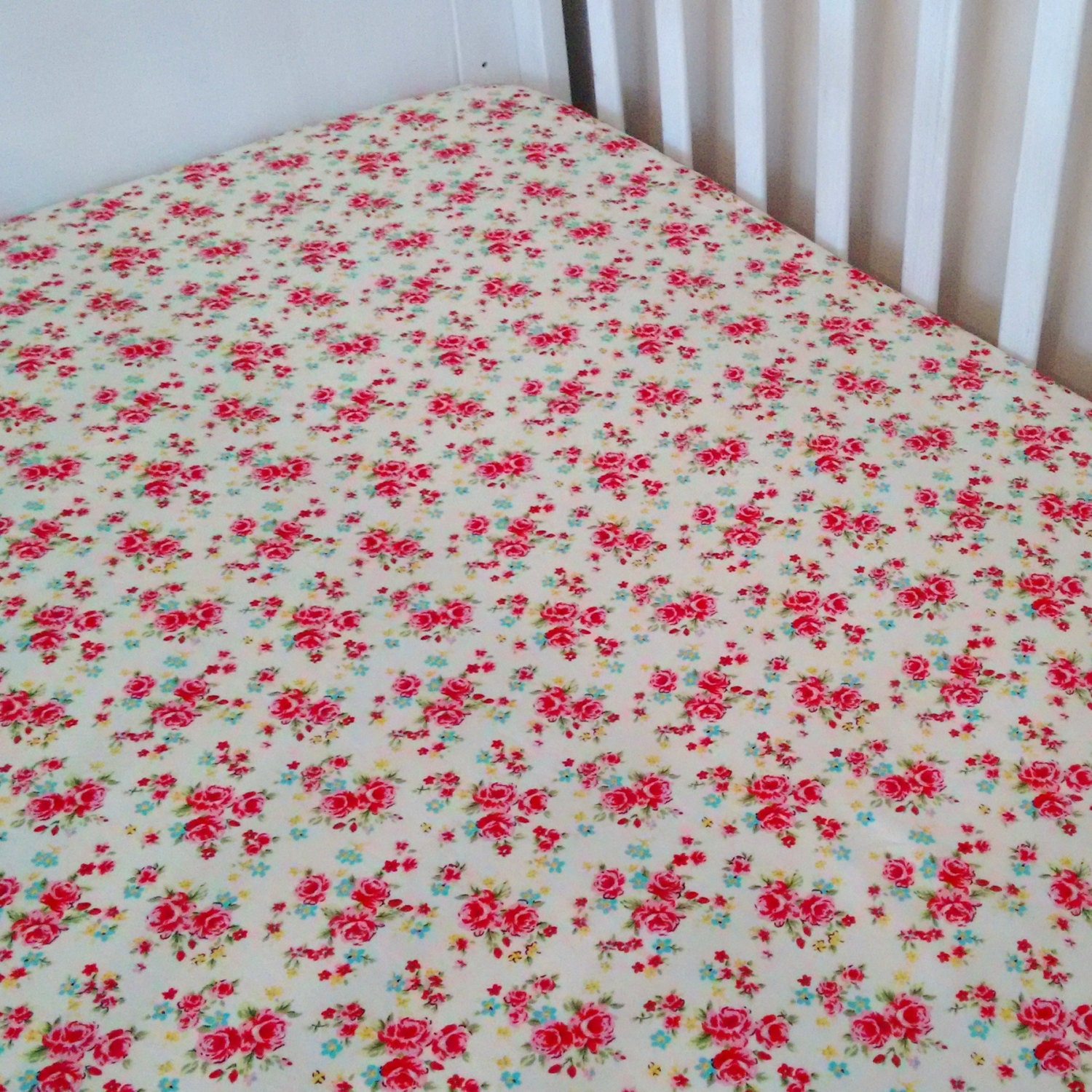 roses cot crib fitted sheet floral fitted sheet. Black Bedroom Furniture Sets. Home Design Ideas