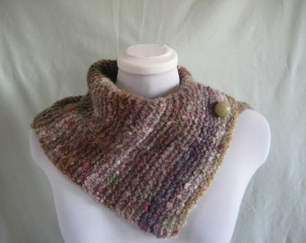 Scarflet/neckwarmer with vintage spherical button