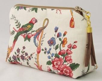 kleine Kosmetiktasche Toile de Jouy bunte Blumenranken und Papageien mit Leder Quaste braun Täschchen für Make up mit Futterstoff Vichykaro