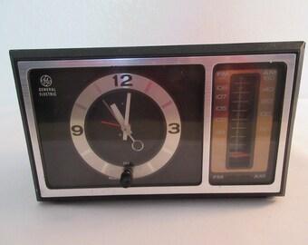 Vintage General Electric AM/FM Radio