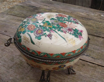 Porcelain  bon-bon box or sweetmeat dish.  Probably early 19th century.