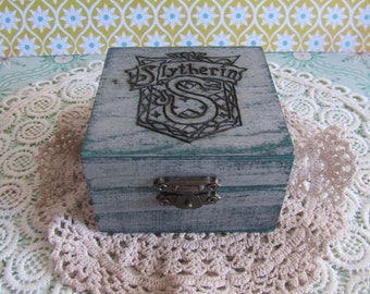 Box with the Slytherin shield / / Little box with Slytherin crest / / Harry Potter Hogwarts Gryffindor Slytherin Hufflepuff Ravenclaw