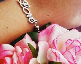 Bracciale di perline argentate e scritta Love
