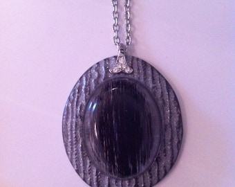 Pendant in resin and horsehair