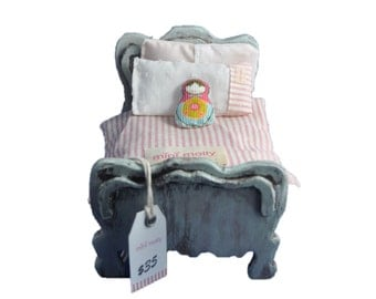 MiniMolly Dollhouse Furniture Single Bed and Bedding, plus toy (miniature)