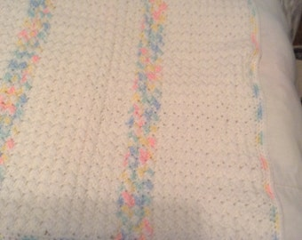 Baby blanket in white and varigated pink, blue and yellow
