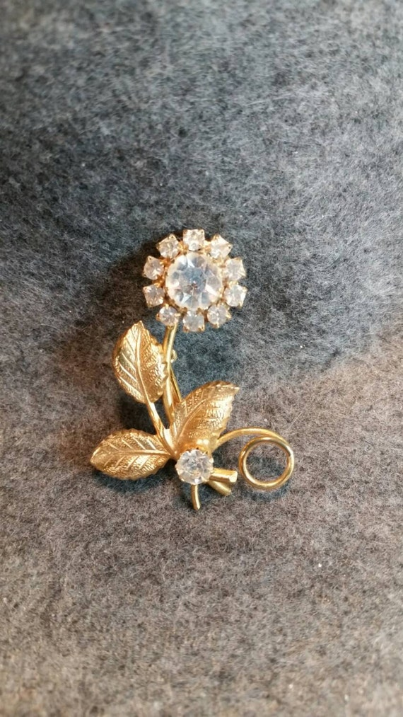 Daisy brooch with rhinestones