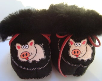 Slippers in sheepskin double-face baby - black and little pink pigs, red laces, size 1 year