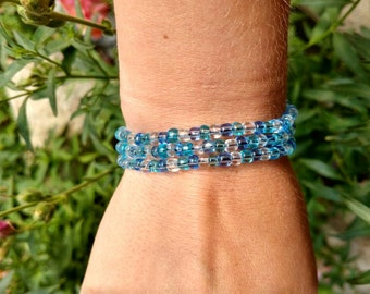 Elastic stretchy bracelet, blue pattern.