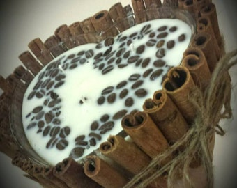 Heart shaped base decorated with cinnamon sticks. Café con leche