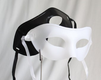 Party Pack of Masks Black & White 1 dz