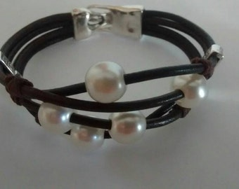 Bracelet leather with pearls