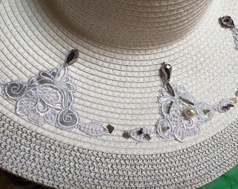 Picture embroidered hat has the hand of beads