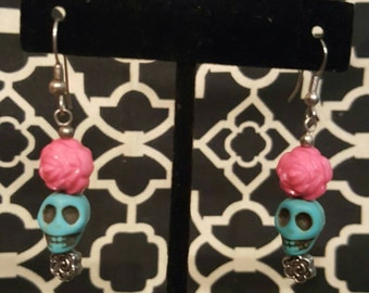 Day of the Dead, DOTD, handmade drop earrings. Turquoise skull with a pink flower. Beaded. Howlite skull.