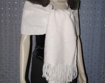 Superbe châle en laine  et  garni de fourrure de renard brun\Superbe champagne wool shawl or scarf with brown fox fur trim