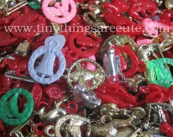 25 x Vintage Plastic  Penny Gumball Charms : RED Mix