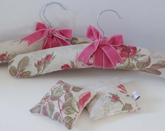 Pair of Padded Coat Hangers & Lavender Sachet Gift Set