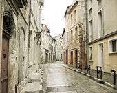 """Neutrale Architektur Fotokunst Provence Frankreich Französisch Creme weiß grau große Wand-Dekor-Kunst """"La Rue Grise"""""""