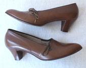 vintage 1950s heels 7.5 / brown leather pumps / stacked wood heel