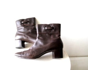 Mod vintage 60s dark chocolate brown genuine leather , winter ankle boots. Made by Cobbies. Size 9N.