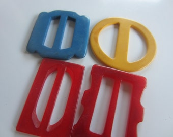 Vintage belt buckles, 4 early plastic small red, yellow and blue, novelty styles (oct 38)