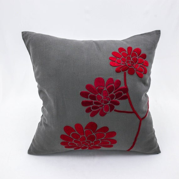 housse de coussin rouge coussin brod motif floral gris. Black Bedroom Furniture Sets. Home Design Ideas