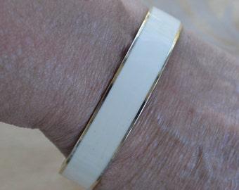 Pretty Vintage Cream Enamel, Gold tone Bangle Bracelet (Z14)