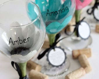 Bridesmaid wine glasses, bridesmaid gifts, personalized gift, painted wine glasses, wedding wine glasses, wedding favors, daisy flower, wine