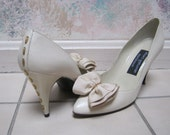Vintage 80s all leather beige high heel pumps, ivory pumps with fabric bows goldtone detail, sexy stiletto heels size 7 narrow, made Spain