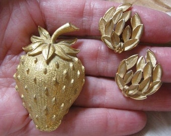 Vintage strawberry pin, strawberry brooch Trifari clip earrings set, textured goldtone strawberry pin clip earrings, matte goldtone