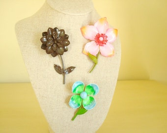 Enamel flower pin, 1 vintage flower brooch, costume jewelry, pink dogwood, brown zinnia, blue green primrose, mod fashion, stocking stuffer