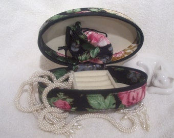 Vintage Ring Box. Travel Ring Organizer. Floral Jewelry Box. Jewelry Storage Box. 1980s. Zipper Closure. Trinket Ring Box. Padded Cloth.