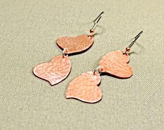 Double heart hammered copper dangle earrings - ER261