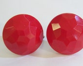 vintage faceted red round screw on or screw back earrings 515D