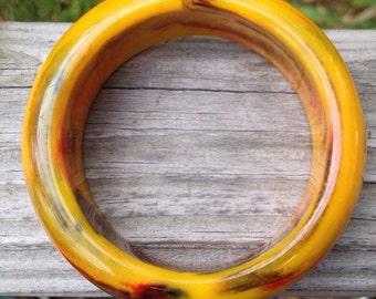 Genuine bakelite vintage bangle bracelet yellow maze swirled Colors