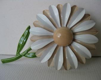Enamel Flower Brooch/Daisy/gift under 20/Flower power/Hippie style/l970s