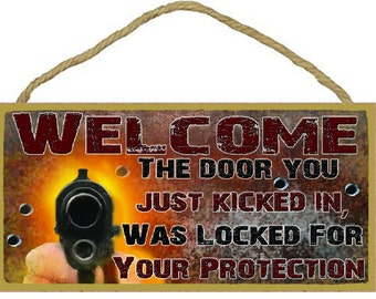 """Welcome The Door You Just Kicked In Was Locked For Your Protection Funny Gun 5"""" x 10"""" SIGN Plaque Decor"""
