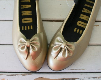 Vintage GITANO Golden Bow Flats.....size 8 womens...new vintage. gold.shoes. 1980s flats. rad. mod. retro. designer. urban. ballerina flats