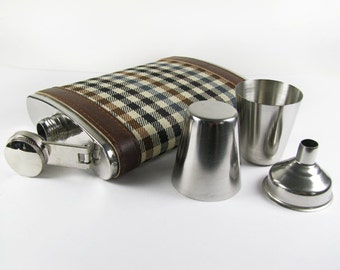 Vintage Flask with Two Shot Glasses 8 Oz, Faux Leather, Plaid, 80s / Retro Barware Flask - Flacon Plat.