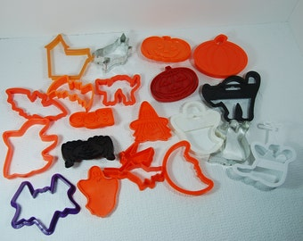 HAL0055 Boo! Ghosts, Witches, and Halloween Fun Cookie Cutters