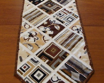 Modern Table Runner, Dwelling