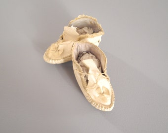 Vintage Baby Shoes, 1890's Handmade White Leather Baby Moccasins, Primitive White Leather Baby Shoes, Rustic Vintage Nursery Decor, Size 3